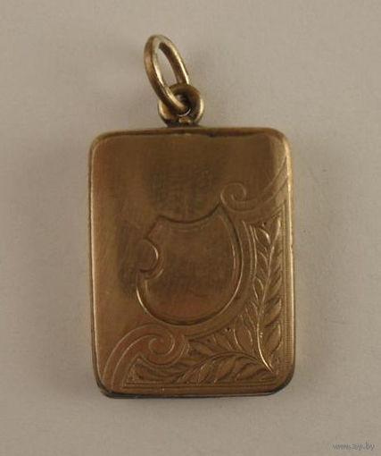 В данном лоте представлен старинный европейский кулон 19в. выполненный в стиле Бидермейер с фото-рамкой.  На кулон нанесено золотое покрытие дубле 14 карат. В хорошем антикварном состоянии.