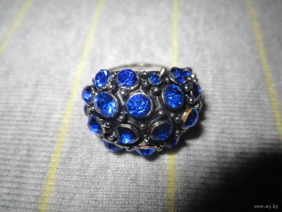 Кольцо объемное с синими камнями