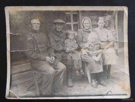 "Фото ""На завалинке"", д. Сосновка, 1930-е гг., Западная Беларусь"