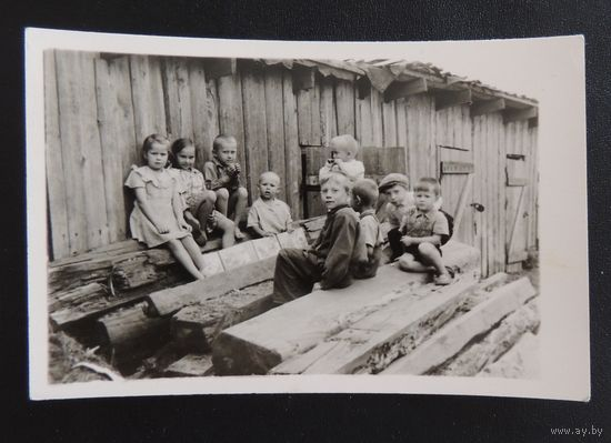 """Фото """"Дети у сараев"""", Минск, 1949 г."""
