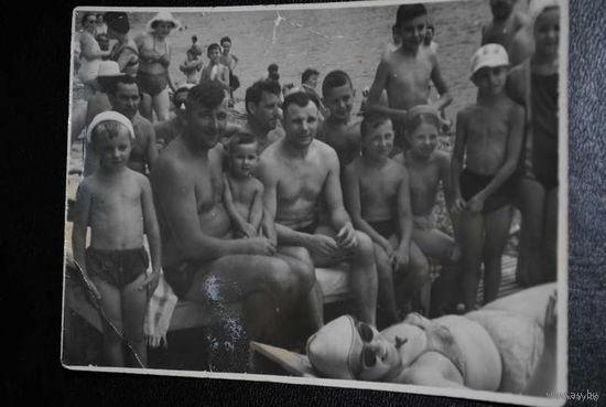 Продам любительскую фотографию Ю.А. Гагарина: лётчик-космонавт СССР, первый человек в мире, совершивший полёт в космическое пространство. Сфотографирован в середине 60-х годов, - на пляже военного сан