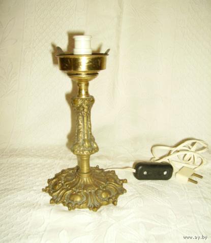 Старенькая настольная лампа. Бронза, высота  20 см.