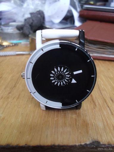 Часы кварцевые без названия.