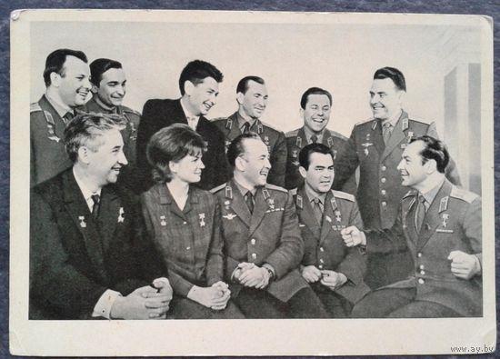 Фото Устинов А. Летчики - космонавты СССР Герои Советского Союза. 1966 г. Чистая.