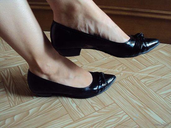 Туфли чёрные, немного б.у. Размер 36.5-37.Сверху искусственный лак, внутри натуральная кожа.