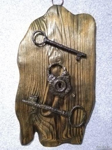 Панно из старинных ключей и замка.